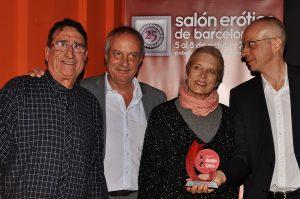 emotivo el momento queNatalia Kimsubió a escenario o cuandoPepe Cera de Gente Libre, entrego un premio conmemorador a Juli y Ferran Simón por sus 25ª aniversario delSalón Erótico de Barcelona.